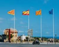 Uropean ställde upp den fackliga flaggan, Catalonian, spanjor- och Tarragonian flaggor på den historiska mitten av Tarragonia, Sp arkivfoto