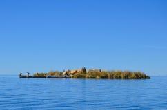 UROS浮动海岛,普诺,秘鲁 2013年5月31日:传统上加工好的艾马拉Uros人民在平台修造的这些海岛上居住 免版税图库摄影