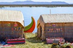 UROS浮动海岛,普诺,秘鲁 2013年5月31日:传统上加工好的艾马拉Uros人民在平台修造的这些海岛上居住 库存照片