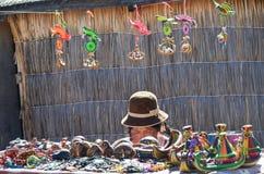 UROS浮动海岛,普诺,秘鲁 2013年5月31日:佩带传统布料的未认出的当地妇女,卖纪念品 免版税库存照片