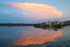 Uros Floating Islands en la puesta del sol, el lago Titicaca, sitio del patrimonio mundial de la UNESCO en Puno, Perú imagen de archivo