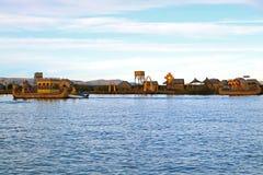 Uros Floating Islands en traditionele Totora Reed Boats op Meer Titicaca, Puno, Peru royalty-vrije stock afbeeldingen