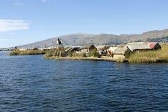 Uros flottörhus öar på Titicaca, Peru Royaltyfri Bild