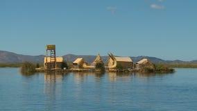 Uros riet-drijvend huis, meer Titicaca, Peru stock footage