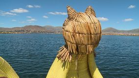 Uroskraanbalk op een rietboot, meer Titicaca, Peru stock video