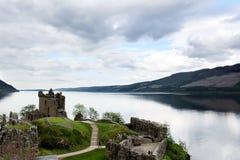 Urquhartkasteel op de kust van Loch Ness stock afbeeldingen