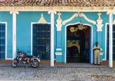Urquoise blå och vit fasad av gammal kolonial byggnad i Trinidad, Kuba Royaltyfria Foton