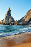 Ursa plaża pod falezą w oszałamiająco świetle dziennym barwi zdjęcie stock