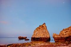 Ursa plaża pod falezą w oszałamiająco zmierzchu barwi zdjęcia stock