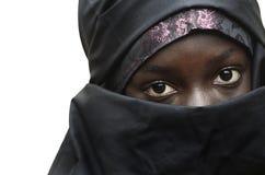 Ursnygg afrikansk liten flicka som skylas av arabiska typiska kläder fotografering för bildbyråer