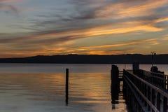 Ursnygg aftonhimmel på lakesiden Arkivfoto
