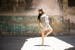 Ursnygg balettdansör i stads- inställning Arkivbilder