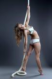 Ursnygg barnmodell som poserar att hänga på rep Arkivfoton