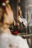 Ursnygg blond brud som poserar nära spegeln, reflexion av sexig wom arkivbild