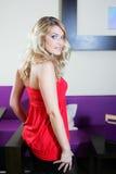 Ursnygg blond kvinna i moderiktig dress royaltyfri foto