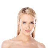 Ursnygg blond kvinna med ett försiktigt leende Arkivfoto