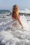 Ursnygg blond kvinnlig modell Enjoying en dag på stranden fotografering för bildbyråer
