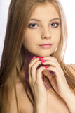 Ursnygg blond modell med mousserande makeup som poserar på studioove Royaltyfria Bilder