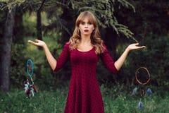 Ursnygg blondin med dröm- stoppare i skog Royaltyfria Foton