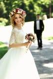 Ursnygg blondin som ler den emotionella bruden i vit klänning I för tappning royaltyfria foton