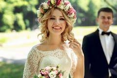 Ursnygg blondin som ler den emotionella bruden i vit klänning I för tappning Royaltyfri Bild