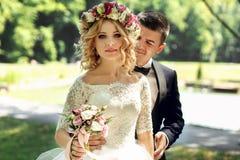 Ursnygg blondin som ler den emotionella bruden i vit klänning I för tappning Fotografering för Bildbyråer