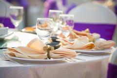 Ursnygg bröllopstol- och tabellinställning för boten som äter middag på outd royaltyfria bilder