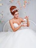 Ursnygg brud i ett vitt elegant rum Arkivfoton