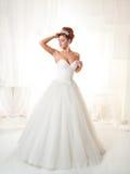 Ursnygg brud i ett vitt elegant rum Royaltyfri Foto