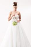 Ursnygg brud i lång vit lyxig klänning arkivfoto