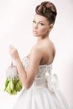 Ursnygg brud i lång vit lyxig klänning royaltyfri foto