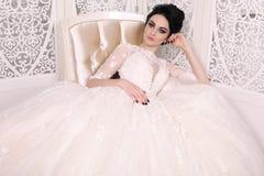 Ursnygg brud med mörkt hår i luxuious bröllopsklänning royaltyfri foto