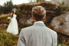 Ursnygg brud och stilfull brudgum som ser de, boho oss Royaltyfri Fotografi