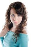 Ursnygg brunett i en turkosklänning som poserar i en studio Arkivfoto