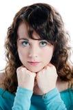 Ursnygg brunett i en turkosklänning som poserar i en studio Royaltyfri Fotografi