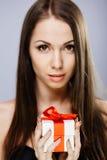 Ursnygg brunett med gåva Royaltyfri Fotografi