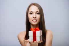 Ursnygg brunett med gåva Royaltyfria Bilder