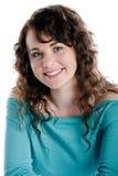 Ursnygg brunett som ler och poserar i en studio Royaltyfri Bild