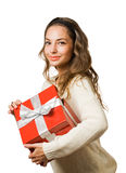 Ursnygg brunettkvinna som rymmer den röda gåvaasken Arkivbild