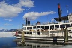 Ursnygg dag på det smältande vattnet av sjön George, med den stilla funktionsdugliga ångbåten, Minne nedsänkt stängsel, New York, Royaltyfri Foto