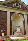 Ursnygg detalj i blommor, springbrunnar och en av många historiska byggnader på egenskap av den Saratoga delstatsparken, Saratoga arkivbilder