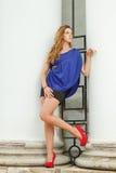 Ursnygg flicka i blå klänning royaltyfri bild
