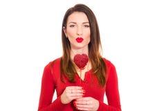 Ursnygg flicka i den isolerade röda kyssande valentin Fotografering för Bildbyråer