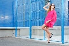 Ursnygg flicka i rosa klänning royaltyfri bild
