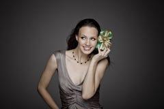 Ursnygg flicka med gåvan på mörk bakgrund Royaltyfri Bild