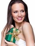 Ursnygg flicka med gåvan på vit bakgrund Royaltyfri Fotografi