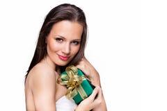Ursnygg flicka med gåvan på vit bakgrund Royaltyfri Foto