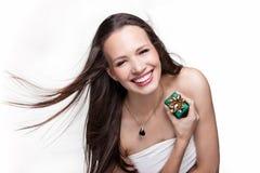 Ursnygg flicka med gåvan på vit bakgrund Royaltyfria Foton