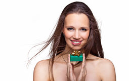 Ursnygg flicka med gåvan på vit bakgrund Fotografering för Bildbyråer