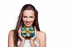 Ursnygg flicka med gåvan på vit bakgrund Arkivbilder